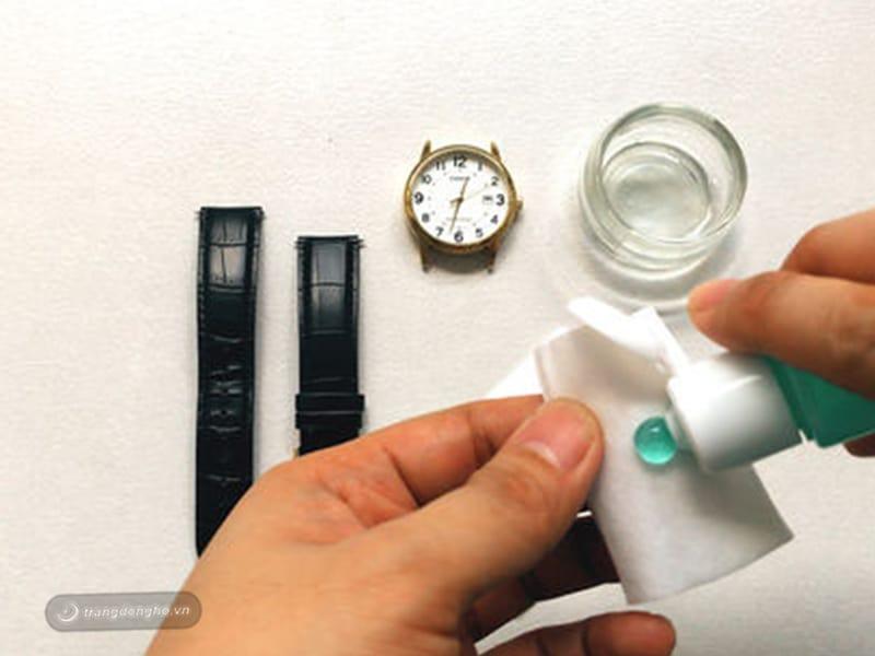 Đánh bóng mặt kính đồng hồ Citizen bị xước bằng kem đánh răng