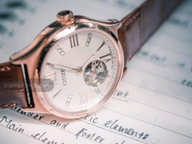 Đồng hồ Citizen cơ lộ máy giành cho người tay nhỏ.