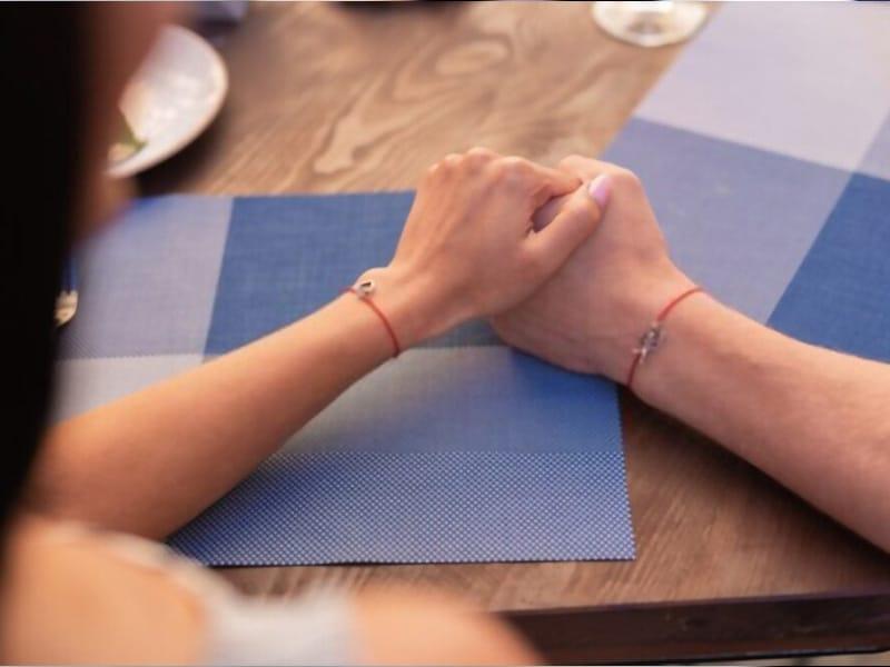 Vòng tay đôi kết nối trái tim của các cặp đôi