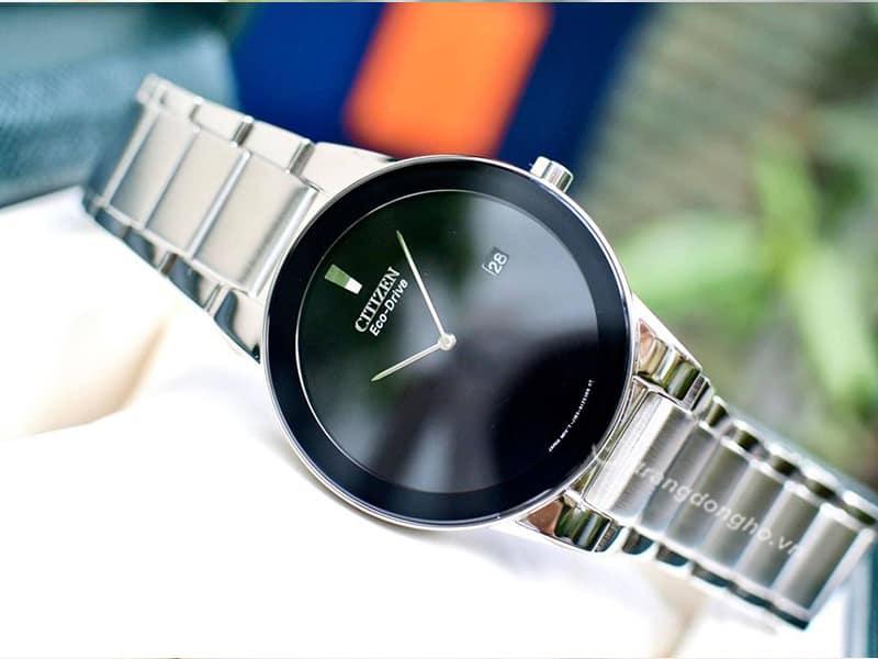 Citizen Eco Drive AU1060-51E kim chỉ được làm thanh mảnh nhẹ nhàng, kết hợp cùng dây đeo kim loại bạc sáng bóng tạo nên vẻ đẹp thời trang kiêu sang