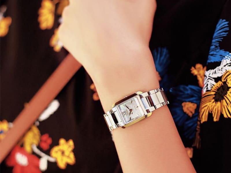 EW5554-82D - thiết kế hình vuông mang lại vẻ đẹp cổ điển cho người đeo, tôn lên vẻ đẹp của người phụ nữ