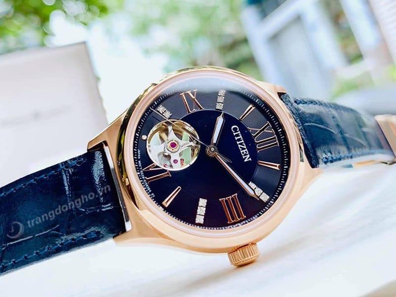 Đồng hồ Citizen Automatic PC1003-15L lộ máy mặt trước và mặt sau ấn tượng, thu hút.