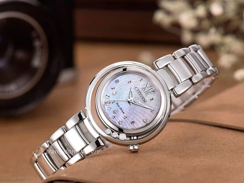 Vẻ đẹp hút mắt của đồng hồ Citizen nữ đính kim cương EM0327-50D