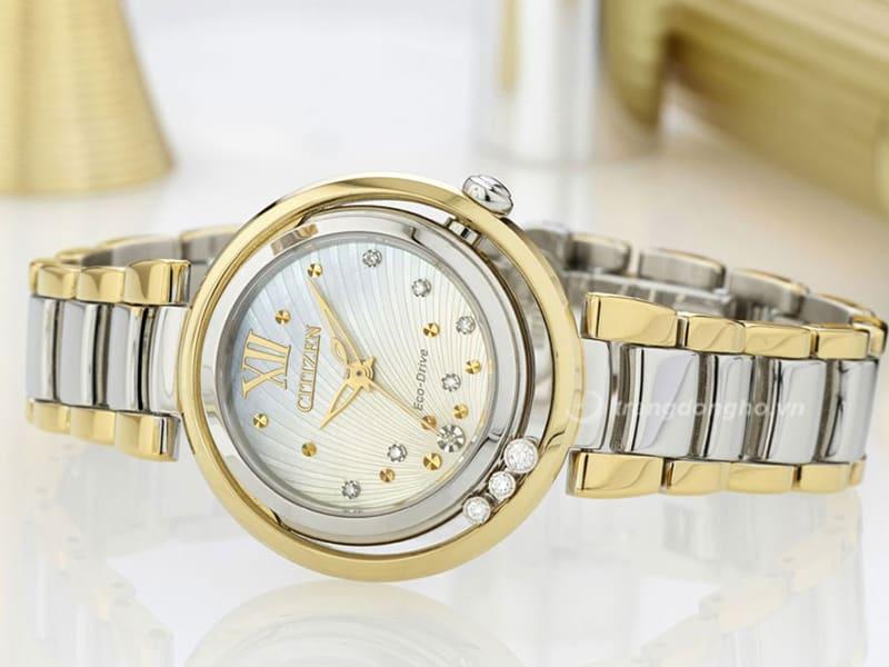 Citizen Eco-Drive Diamonds EM0329-54D vởi vẻ ngoài sang trọng kết hợp kim cương viền ngoài và mặt số dưới nền khảm trai vẫy vân vô cùng nổi bật.