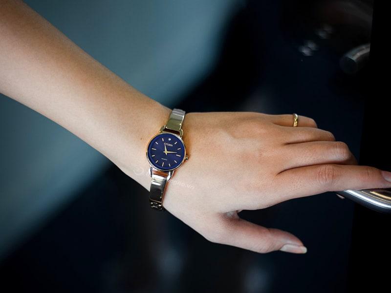 Citizen nữ EZ6373-58L - thiết kế kiểu dáng lắc tay, vừa điệu đà lại toát lên sự sang trọng cho phái đẹp.