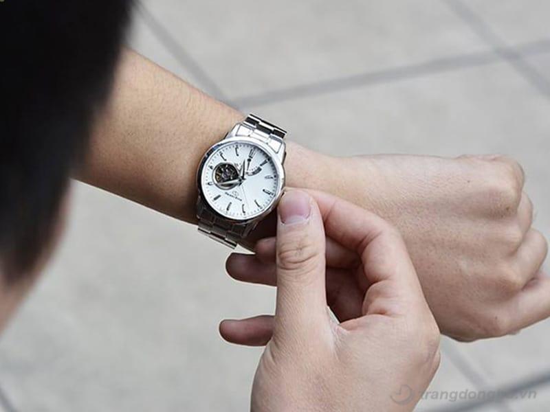 luôn để mắt tới nút chỉnh đồng hồ